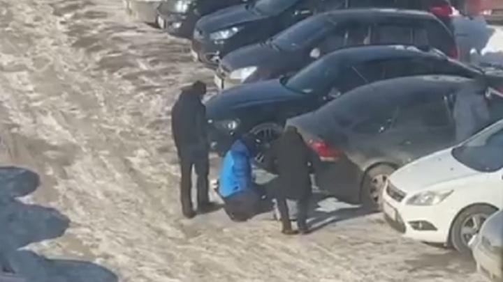 У цирка люди в масках схватили человека на парковке. Видео
