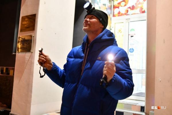 Политик вышел на крыльцо музея Невьянской иконы