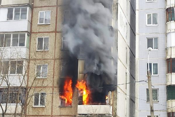 Пожар начался на третьем этаже