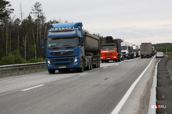Грузовики, прибывающие в город по Челябинскому тракту, направят в объезд по ЕКАД