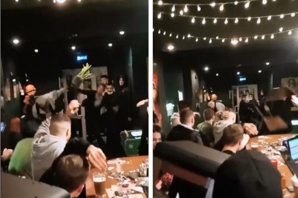 Посетители бара не оставили нападки дебоширов без ответа и сами стали бросать в них разные предметы