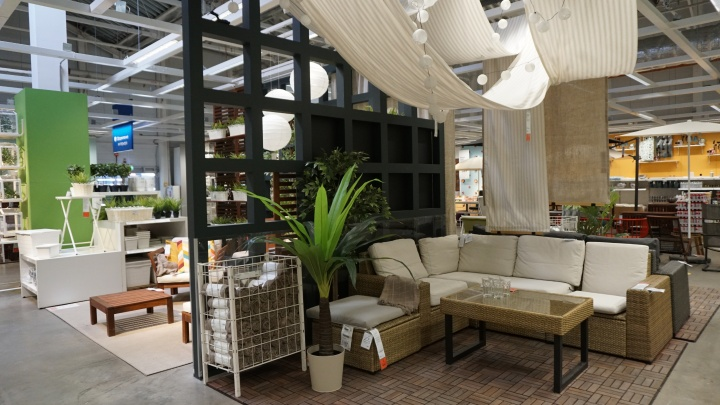 Дача — закачаешься: ИКЕА, «Леруа Мерлен» и «Ашан» выставили шезлонги, качели и летнюю мебель. Сравниваем цены