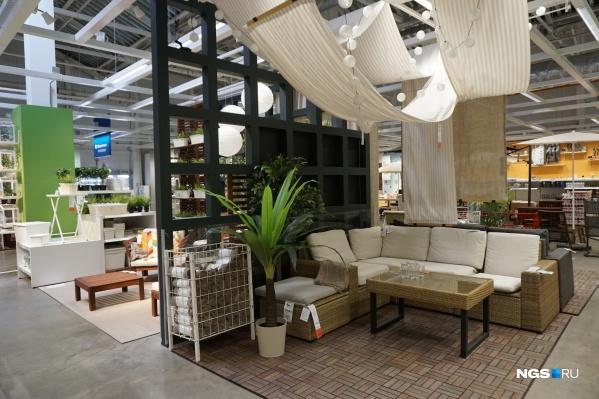 Необычный вариант оформления зоны отдыха на даче в ИКЕА — в качестве навеса используют полотна ткани