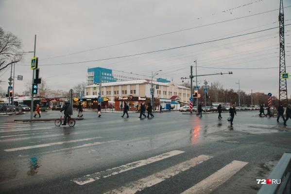 Улицу Мельникайте власти давно хотят превратить в магистраль непрерывного движения. Для этого сооружаются развязки, а пешеходов загоняют на надземные пешеходные переходы