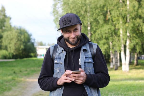 """Михаилу <nobr class=""""_"""">37 лет</nobr>, уже шестой год он занимается собственным проектом — руководит кожевенной мастерской «АрхКожа»"""
