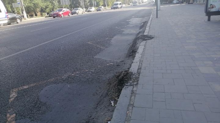Лето уже заканчивается, а он всё плывет: в Волгограде на остановках разрушается асфальт
