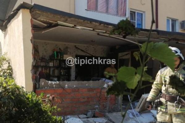Во время взрыва обрушилась стена