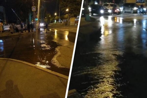 По екатеринбургской улице льются потоки воды