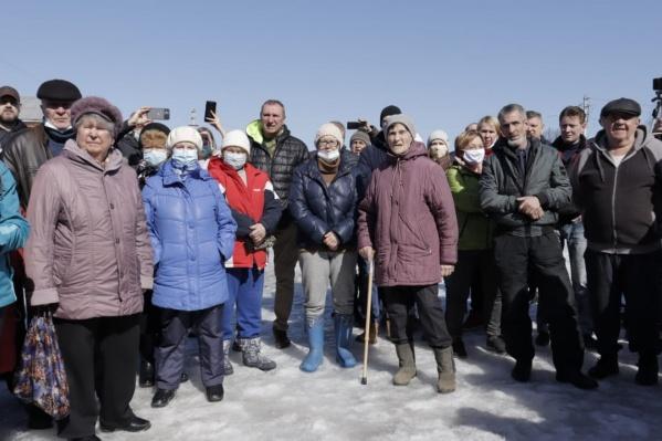 Жители микрорайона Калиновскийустроили собрание, чтобы обсудить ситуацию со строительствомтранспортно-логистического центра «Уральский»