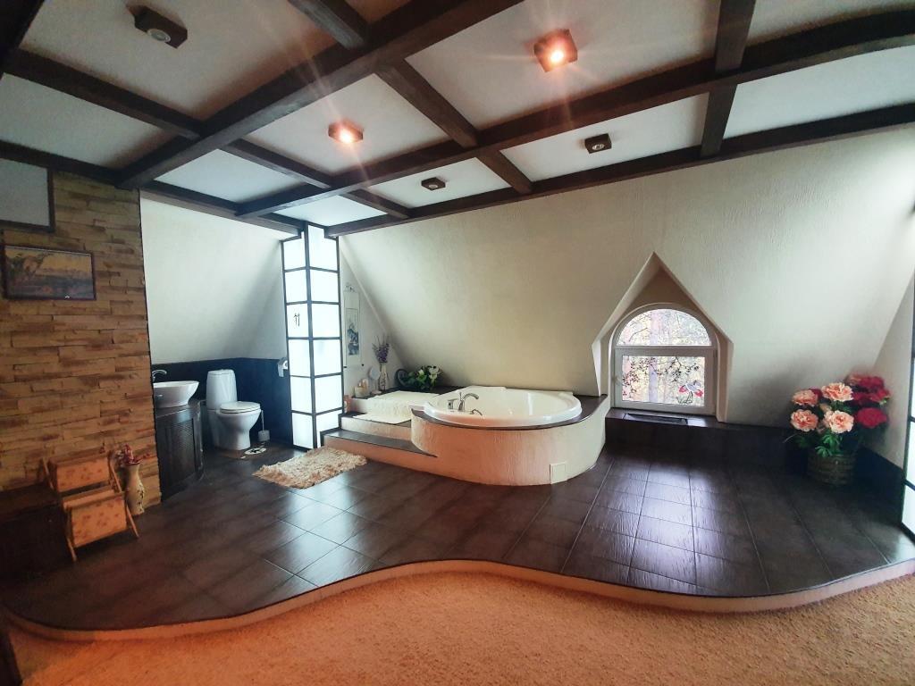 И еще одна ванная комната — она находится посреди дома и больше похожа на спа-центр