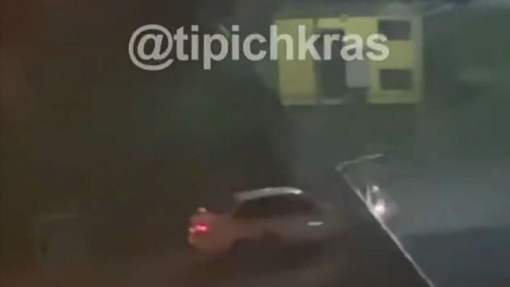 В Краснодаре пьяный таксист выбил ворота школы и наехал на четыре машины
