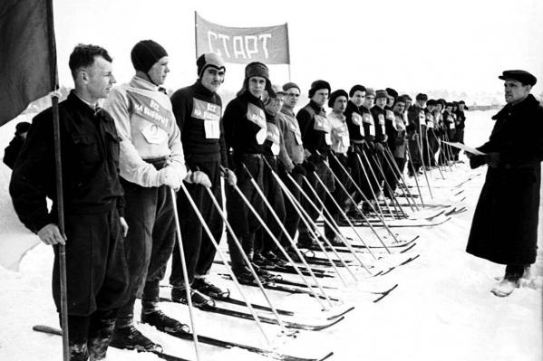 Посмотрите на спортивную моду 1951 года: на старте перед эстафетным бегом лыжники-рабочие Куйбышевской ГЭС