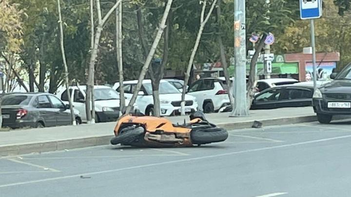 «Откинуло на несколько метров»: появилось видео последствий ДТП с мотоциклом у «Апельсина»