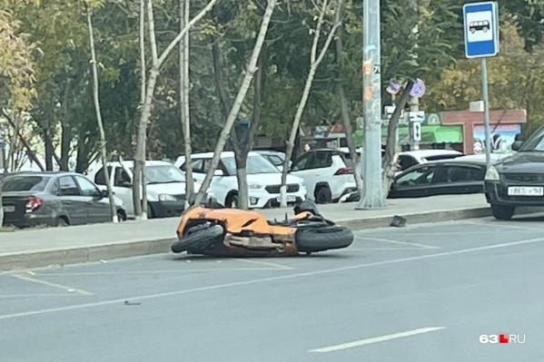 Мотоцикл отнесло к остановке