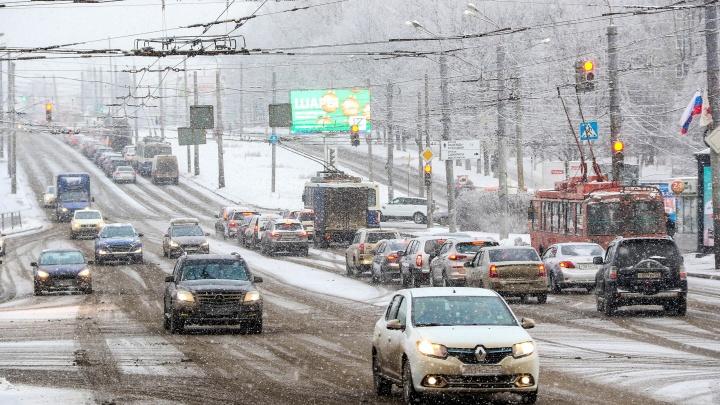Нижний Новгород опять парализовал снегопад: на дорогах города восьмибалльные пробки