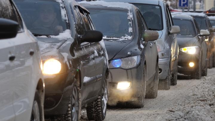 Переулок Базовый встал в огромную пробку из-за развернувшегося Hyundai Solaris