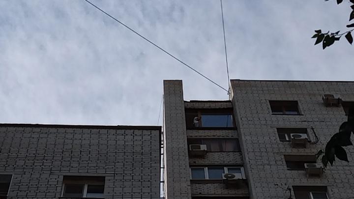 «От него ушла жена. Два дня успокаивали»: в Волгограде 43-летнего мужчину отговорили падать с 16-этажки