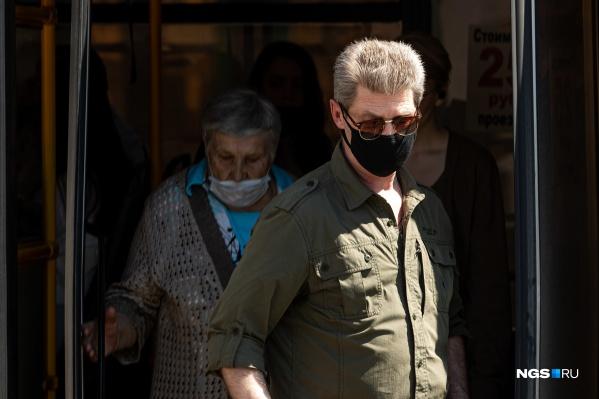 Людей в защитных масках сейчас можно увидеть лишь в транспорте и на кассе магазина. На улицах меры предосторожности практически никто не соблюдает