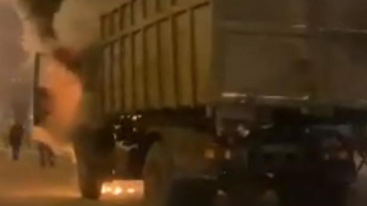 Загорелся на ходу: в Ярославле на проспекте Октября вспыхнул грузовик. Видео
