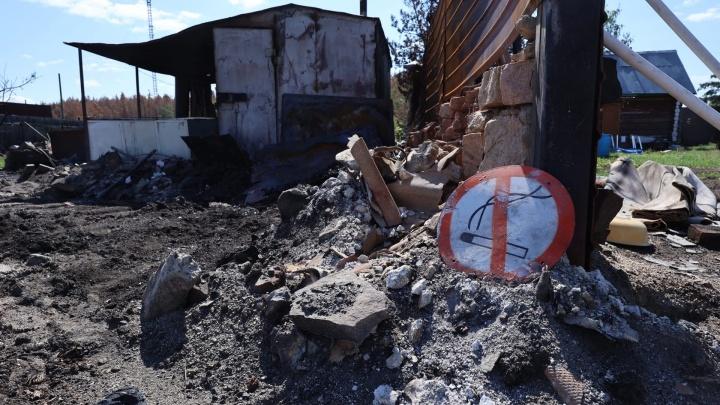 Чиновники приехали в сгоревшие поселки на юге Челябинской области и столкнулись с неудобными вопросами от местных жителей