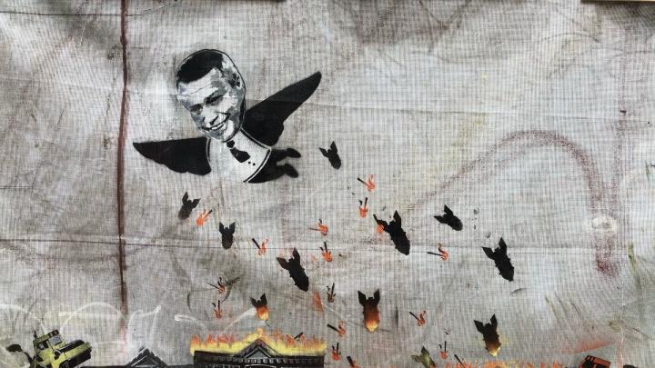 Граффити с Голубевым-бомбардировщиком появились на сгоревшем доме Сариевых