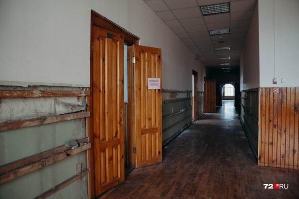 Из осиротевших коридоров четвертого этажа уже вынесли ковровые дорожки. На очереди — разборка паркета и демонтаж многочисленных деревянных дверей