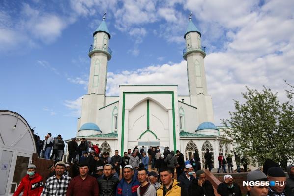 Мусульмане со всего города двинулись в мечеть на богослужение. По данным социологического опроса за 2020 год, ислам исповедуют около 5% омичей