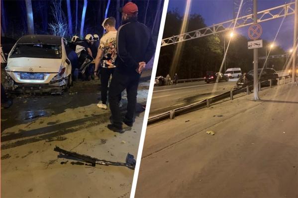 Два автомобиля улетели в отбойники по разным сторонам дороги, а один — в кювет