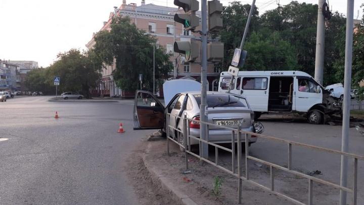 Молодой омич на «Приоре» врезался в маршрутку до Кормиловки — четыре человека оказались в больнице
