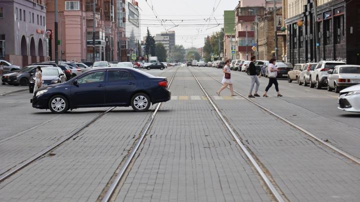 На перекрестке в центре Челябинска ограничат движение из-за ремонта трамвайного переезда