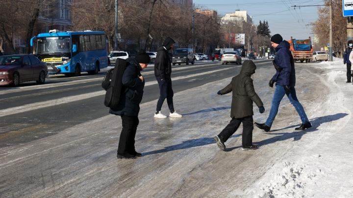 «Люди идут с ушибами, вывихами, переломами»: смотрим, как челябинцы убиваются на скользких дорогах