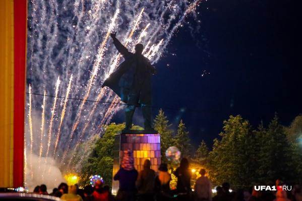 Залпы фейерверка на площади Ленина летели в небо около десяти минут
