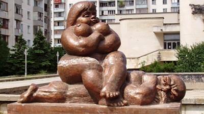 Женятся не только красивые! Посмотрите, какие скульптуры стоят у ЗАГСов в разных городах нашей страны