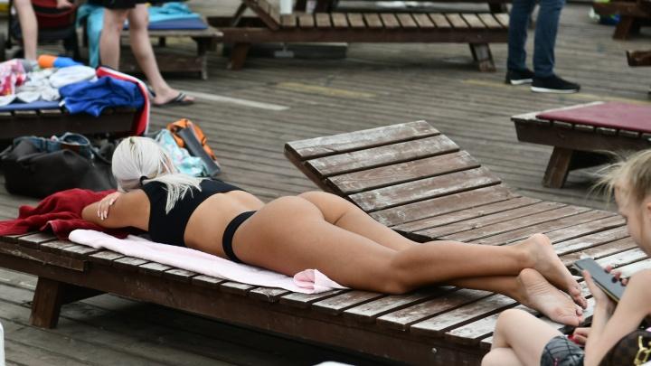 Горячие красотки в купальниках: 20 жарких фотографий с пляжей Екатеринбурга