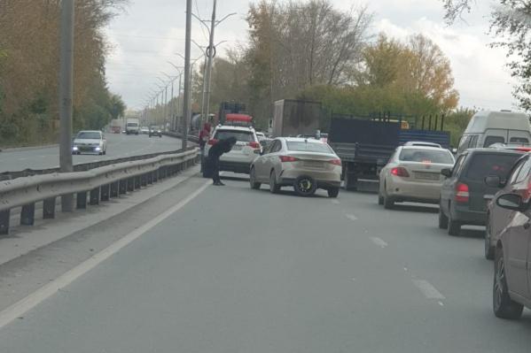 Столкнувшиеся автомобили практически парализовали движение