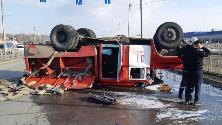 В Омске у «МЕГИ» перевернулась пожарная машина