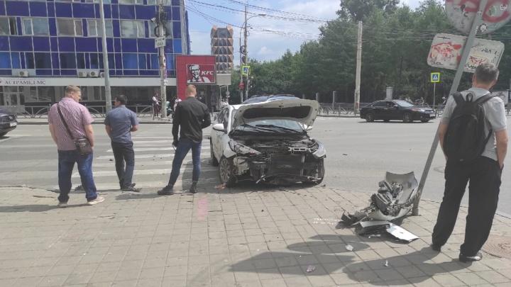 «Весь перед всмятку»: в центре Екатеринбурга жестко столкнулись Renault и такси Uber