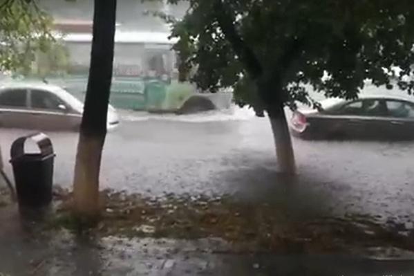 В центре города ливневка не справилась с количеством выпавших осадков