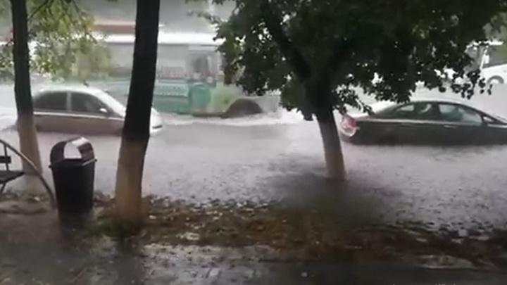 «Город топит»: в Кемерово из-за сильного ливня 10 домов остались без электричества