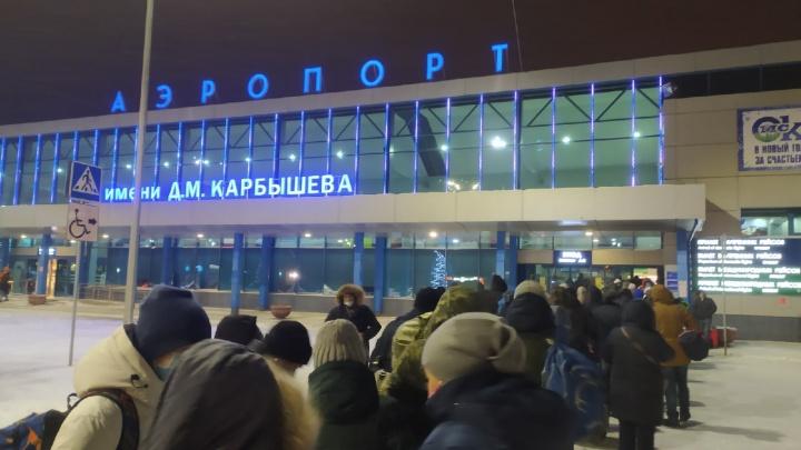В аэропорту третий день собираются очереди из сотен людей. Ситуация должна улучшиться послезавтра