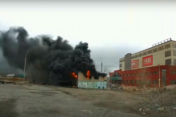 По предварительным данным, сгорела постройка около торгового центра