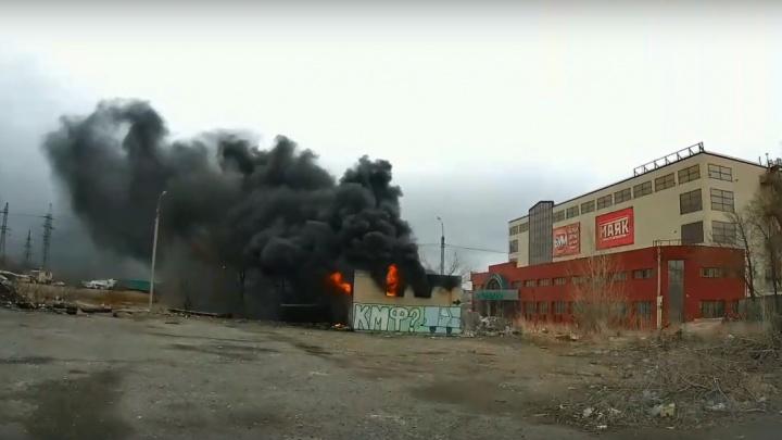 В Волгограде пожар охватил здание у «Зеленого кольца»