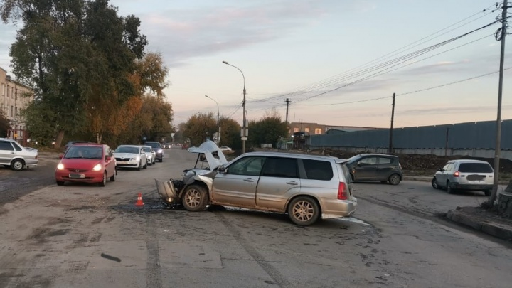 На Северном проезде КАМАЗ врезался в иномарку — три человека в больнице