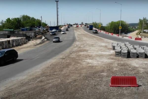 Пока машины в город и из города едут по новой части моста