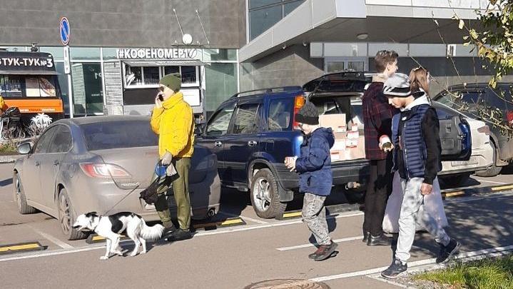 «Бабушка подарила семь коробок»: молодожены раздавали тушенку на набережной Красноярска