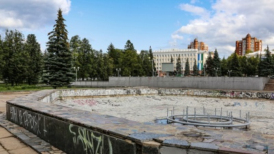 Умирает под окнами мэрии и питается лишь дождевой водой: как разрушается фонтан у Русдрамтеатра в Уфе