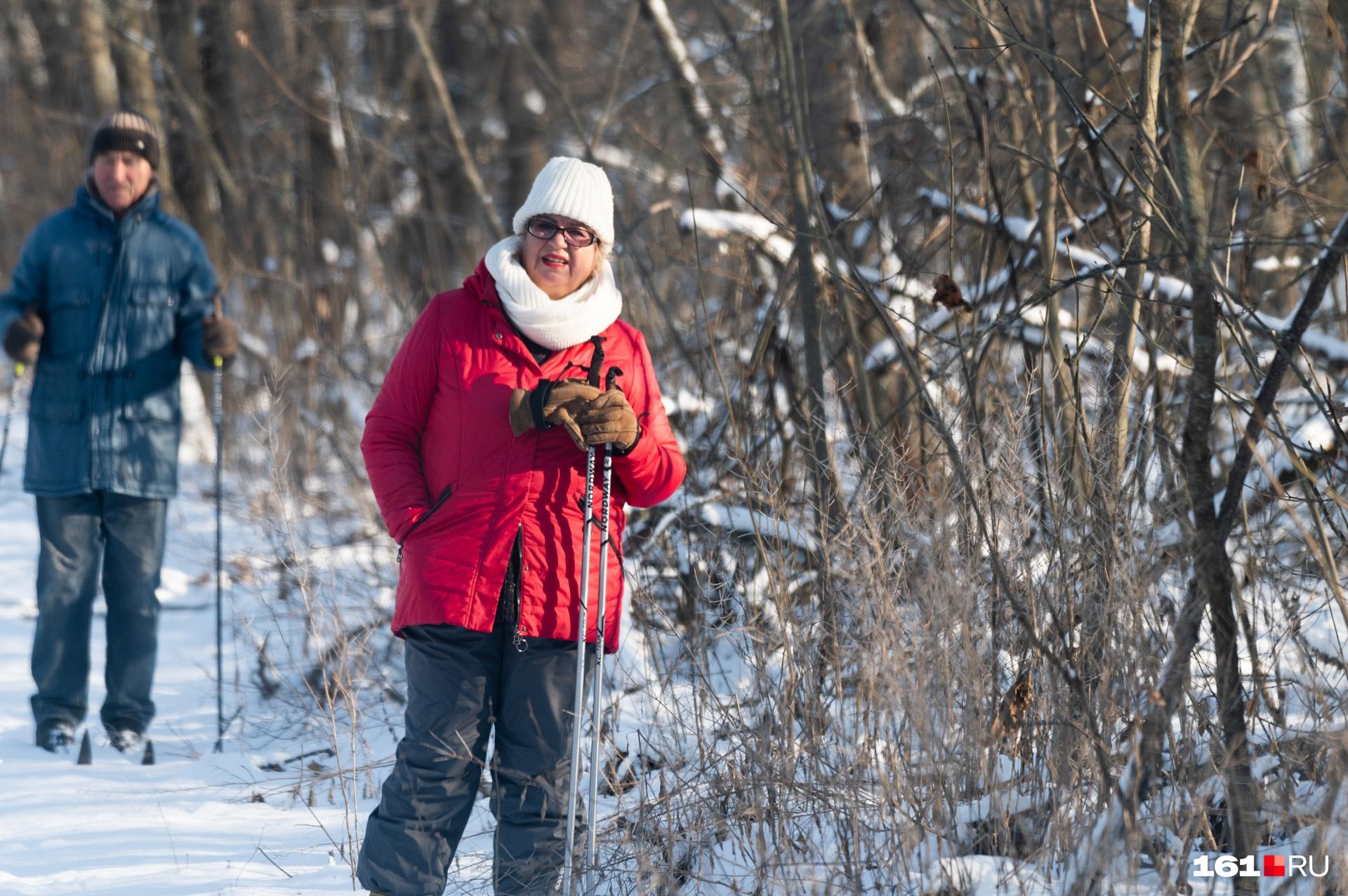 В снежное время года в лесу можно встретить лыжников