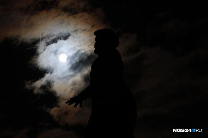 В Красноярске зрелищные кадры получились благодаря памятнику Андрею Дубенскому, основателю Красноярского острога