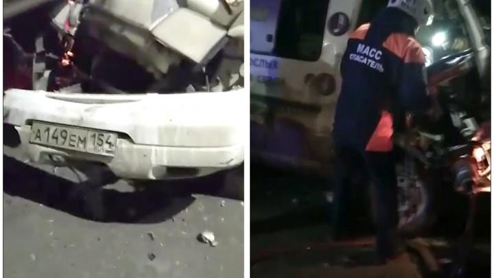 Микроавтобус влетел в фуру на Бердском шоссе — пассажирку зажало в машине