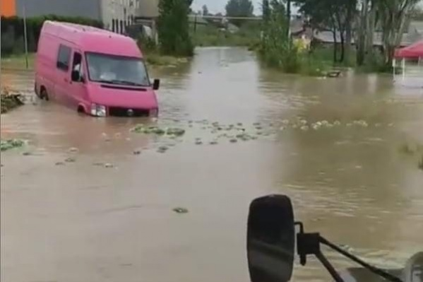 По улицам Керчи плывут машины и арбузы с рынков
